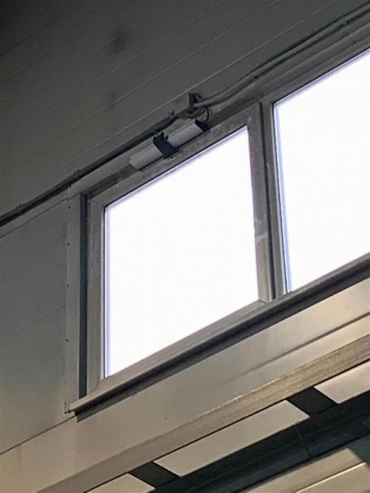Установили систему проветривания на окна из группы цепных приводов, блока управления и кнопки